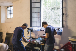 Two forgers working in workshopの写真素材 [FYI04340065]