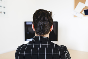 Man at home using computerの写真素材 [FYI04340066]