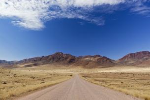 Africa, Namibia, Namib Desert, View of gravelroad through Naの写真素材 [FYI04340101]