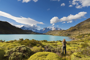 South America, Chile, Patagonia, Female photographer capturiの写真素材 [FYI04340137]