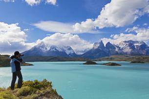 South America, Chile, Patagonia, Female photographer capturiの写真素材 [FYI04340139]