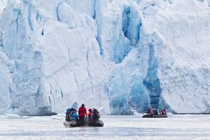 Europe, Norway, Spitsbergen, Svalbard, View of zodiac boat iの写真素材 [FYI04340188]