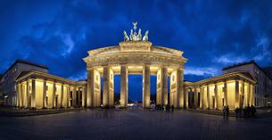 Germany, Berlin, People at Brandenburger Torの写真素材 [FYI04340200]