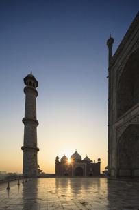 India, Uttar Pradesh, Agra, View of Taj Mahal at sunriseの写真素材 [FYI04340211]