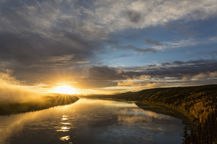 USA, Alaska, View of Yukon River at sunriseの写真素材 [FYI04340221]