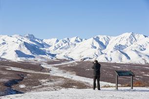 USA, Alaska, Tourist taking photo of Alaska Range at Denaliの写真素材 [FYI04340228]
