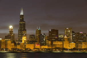USA, Illinois, Chicago, View of Willis Tower at Lake Michigaの写真素材 [FYI04340262]
