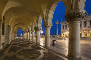 Italy, Venice, St Mark's Square, Colonnade of Doge's Palaceの写真素材 [FYI04340282]