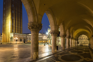 Italy, Venice, St Mark's Square, Colonnade of Doge's Palaceの写真素材 [FYI04340284]