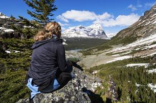 Canada, British Columbia, Yoho Nationalpark, Tourist in mounの写真素材 [FYI04340292]