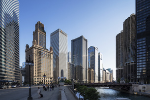 USA, Illinois, Chicago, High-rise buildings at Chicago Riverの写真素材 [FYI04340331]