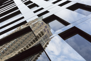 USA, Illinois, Chicago, reflection of a skyscraperの写真素材 [FYI04340351]
