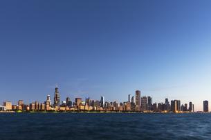 USA, Illinois, Chicago, Skyline, Willis Tower and Lake Michiの写真素材 [FYI04340356]