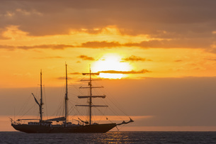 Pacific Ocean, sailing ship at Galapagos Islands at sunsetの写真素材 [FYI04340384]