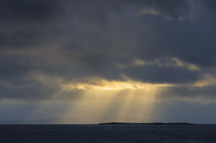 Pacific Ocean, Galapagos Islands, sunrise above island Baltrの写真素材 [FYI04340388]