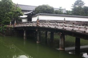 皇居・太鼓型の木橋が架かる平川門の写真素材 [FYI04340410]