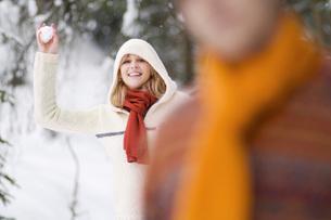 Woman throwing snowballの写真素材 [FYI04340597]