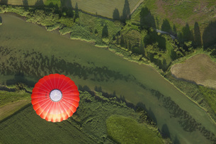 Balloon trip over green landscapesの写真素材 [FYI04340626]