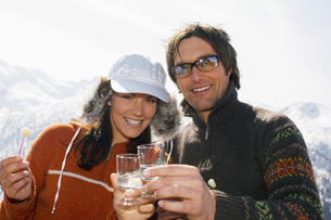 Couple having drink in mountainsの写真素材 [FYI04340634]