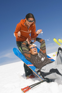 Couple having fun in snowの写真素材 [FYI04340639]
