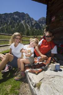 Austria, Salzburger Land, couple with daughter (6-7) takingの写真素材 [FYI04340665]