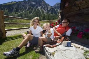 Austria, Salzburger Land, couple with daughter (6-7) takingの写真素材 [FYI04340666]