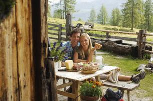 Austria, Salzburger Land, couple having breakfast in front oの写真素材 [FYI04340698]