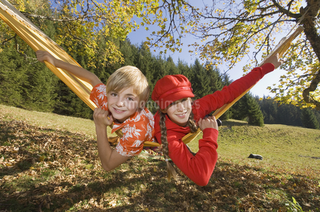 Austria, Salzburger Land, Altenmarkt, Boy (8-9) and girl (8-の写真素材 [FYI04340711]