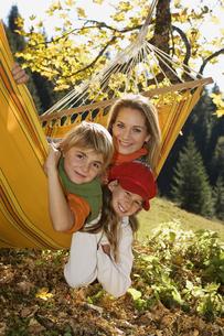 Austria, Salzburger Land, Altenmarkt, Mother and children lyの写真素材 [FYI04340718]