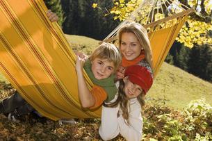 Austria, Salzburger Land, Altenmarkt, Mother and children lyの写真素材 [FYI04340719]