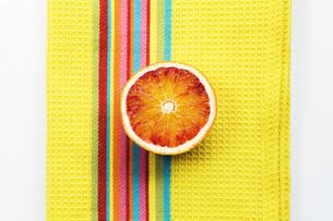 Halved blood orange, elevated viewの写真素材 [FYI04340739]