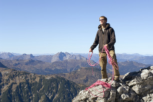 Austria, Salzburg County, Young man with rope against mountaの写真素材 [FYI04340749]