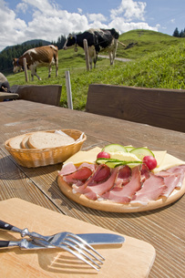 Germany, Allgaeu, Toerggelen, Solid snack on table, cattle inの写真素材 [FYI04340798]