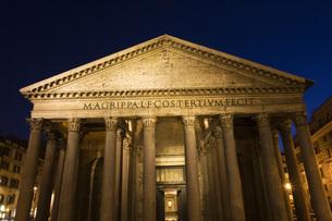 Italy, Rome, Pantheon, Piazza della Rotonda at nightの写真素材 [FYI04340804]