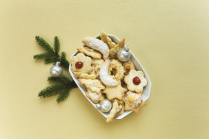 Cookies in bowl and Christmas decoration, elevated viewの写真素材 [FYI04340843]