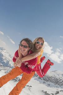 Austria, Salzburger Land, Couple having fun, man carrrying wの写真素材 [FYI04340875]
