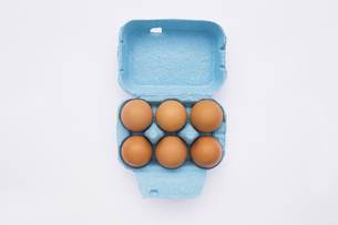 Eggs in box, elevated viewの写真素材 [FYI04340881]