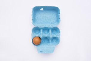 Egg in box, elevated viewの写真素材 [FYI04340882]