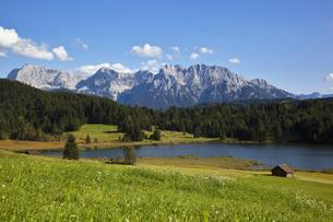 Germany, Bavaria, Lake Geroldsee with view of Karwendel mounの写真素材 [FYI04340935]