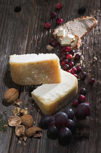 Austria, Salzburg, Radstaedter Cheese with walnuts and grapeの写真素材 [FYI04340955]