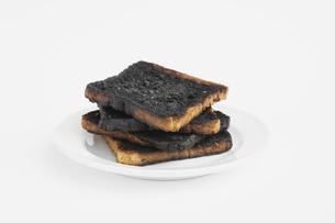Burnt toast on plateの写真素材 [FYI04340956]
