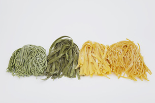 Fresh ribbon noodles in a rowの写真素材 [FYI04340958]