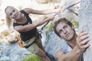Austria, Steiermark, Ramsau, Silberkarklamm, Young couple roの写真素材 [FYI04340967]