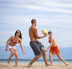Croatia, Zadar, Friends playing volley ball at beachの写真素材 [FYI04341020]
