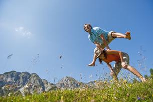 Austria, Salzburg Country, Altenmarkt-Zauchensee, Couple witの写真素材 [FYI04341059]