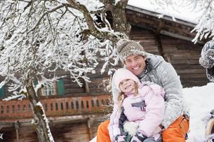 Austria, Salzburg, Huettau, Father and daughter sitting in frの写真素材 [FYI04341073]
