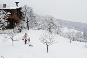Austria, Salzburg, Huettau, Family walking in the snowの写真素材 [FYI04341076]