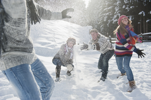 Austria, Salzburg Country, Flachau, Young people snow fightiの写真素材 [FYI04341090]