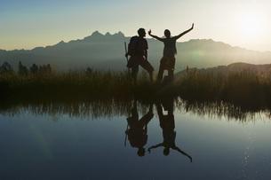 Austria, Salzburg, Couple having fun at alpine lakeの写真素材 [FYI04341118]