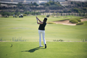 Cyprus, Woman playing golf on golf courseの写真素材 [FYI04341151]